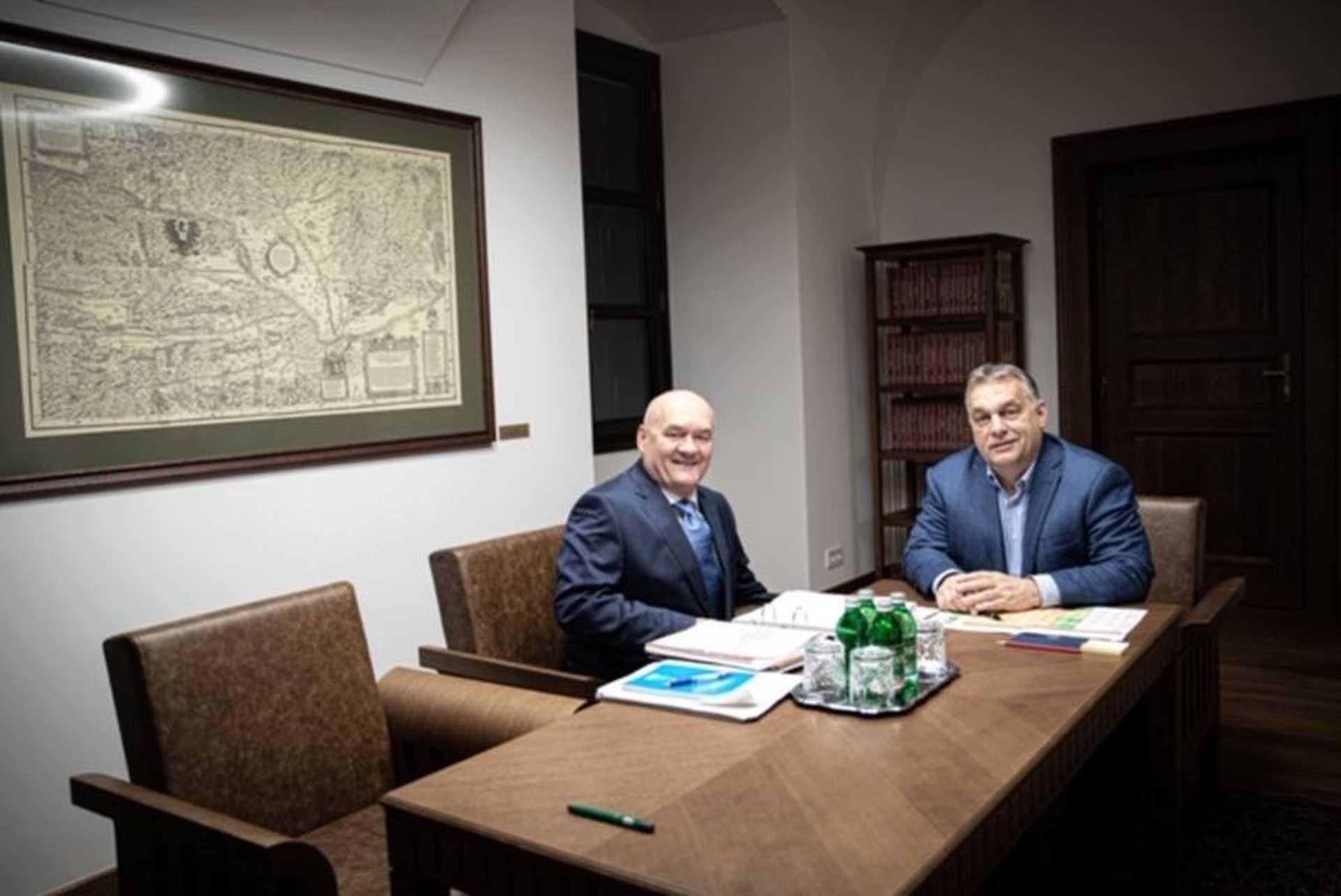 Hende Csaba Orbán Viktor dolgozószobájában