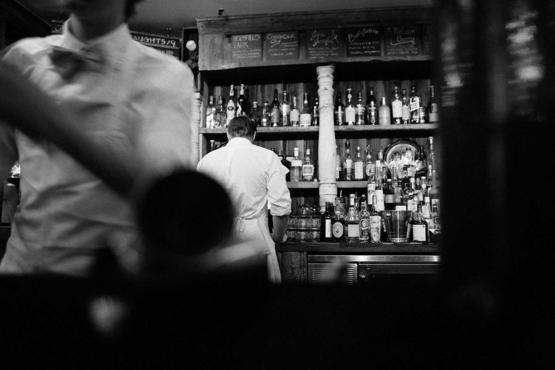 Kocsma, bár, pincér