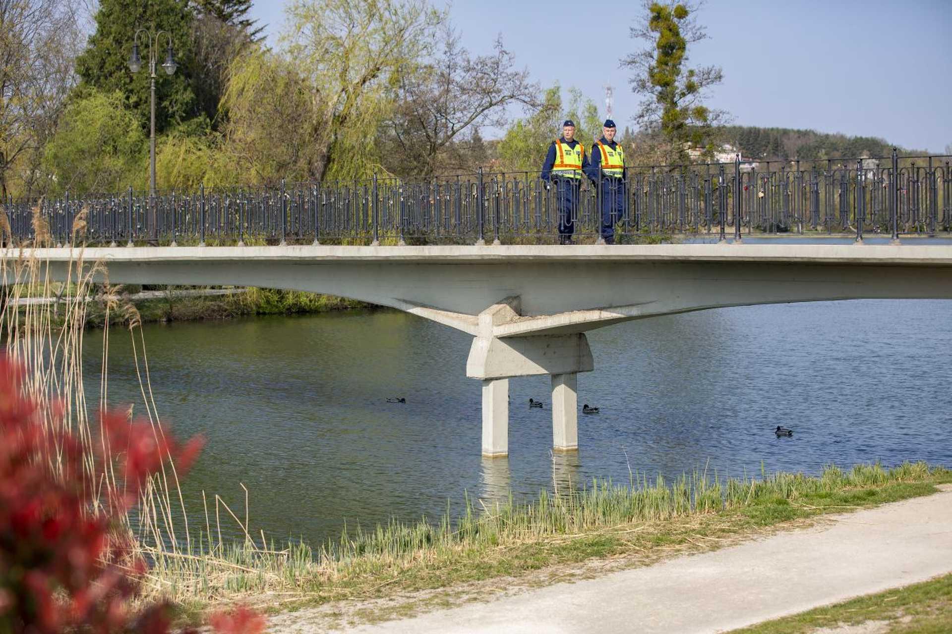 Kijárási tilalom, rendőrök ellenőriznek - Szombathely, Csónakázótó