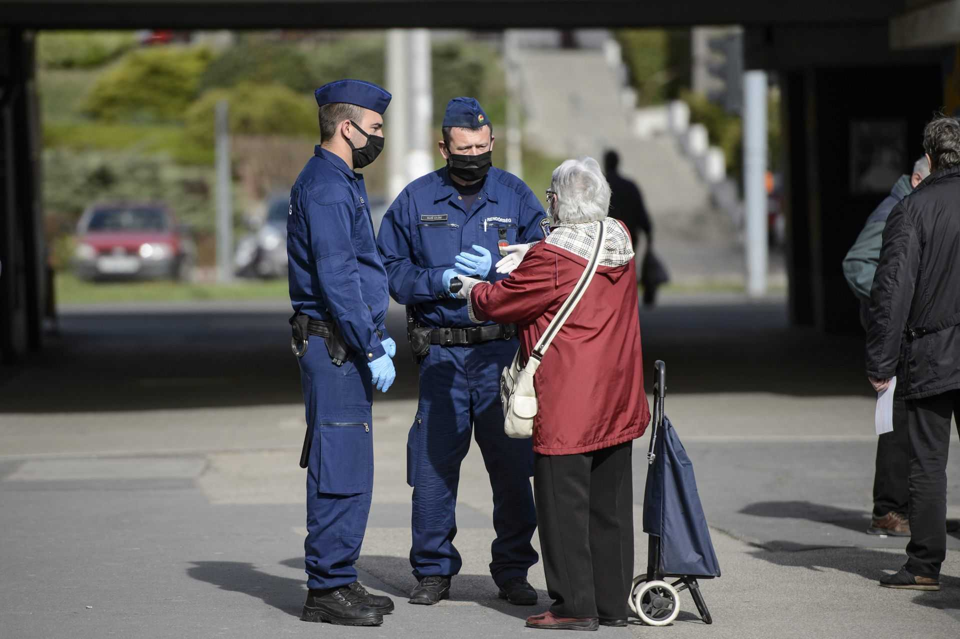Koronavírus - Kijárási korlátozás - Rendőrök Salgótarjánban