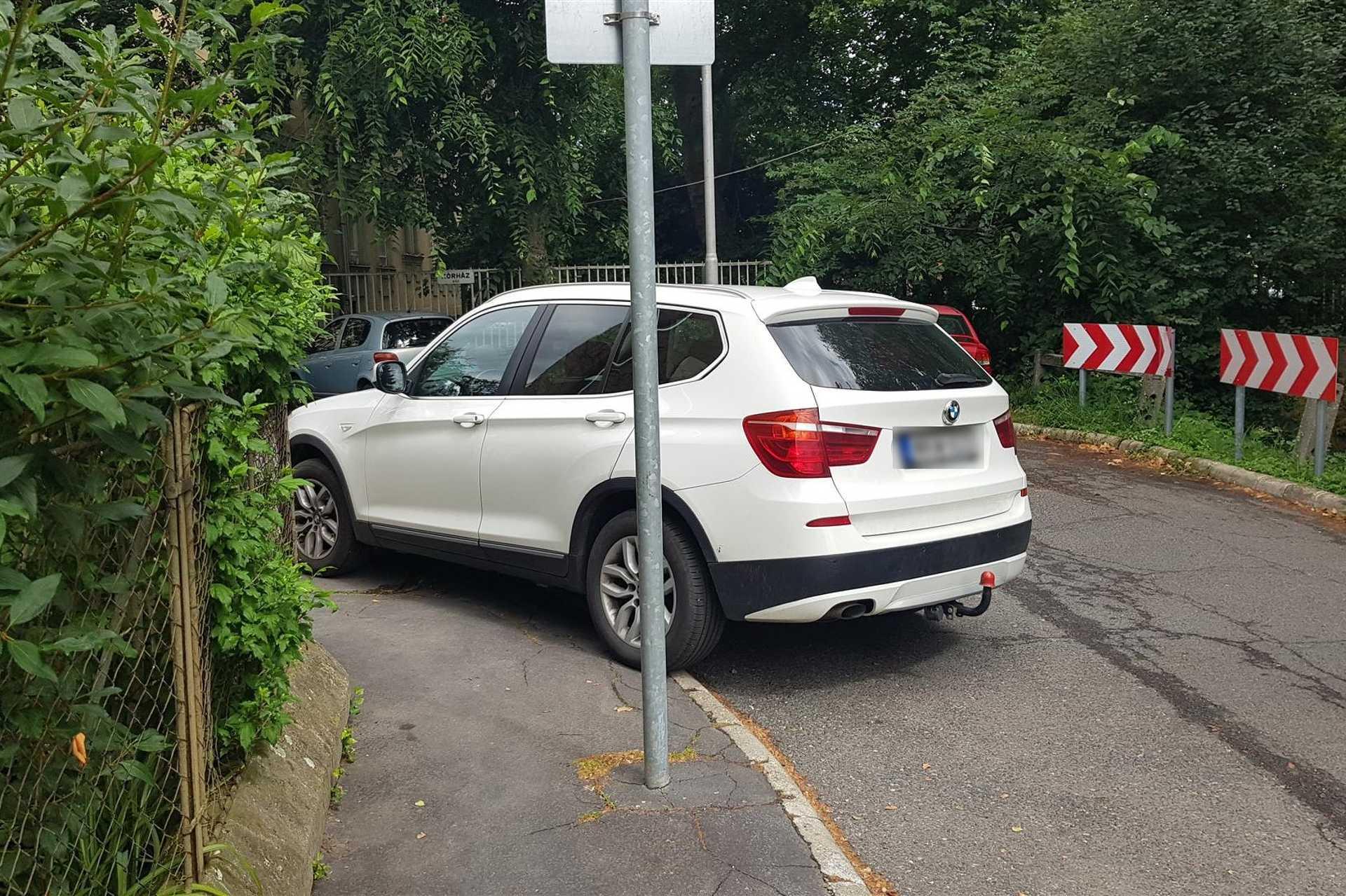 Szabálytalan és kreatív parkolások Szombathelyen