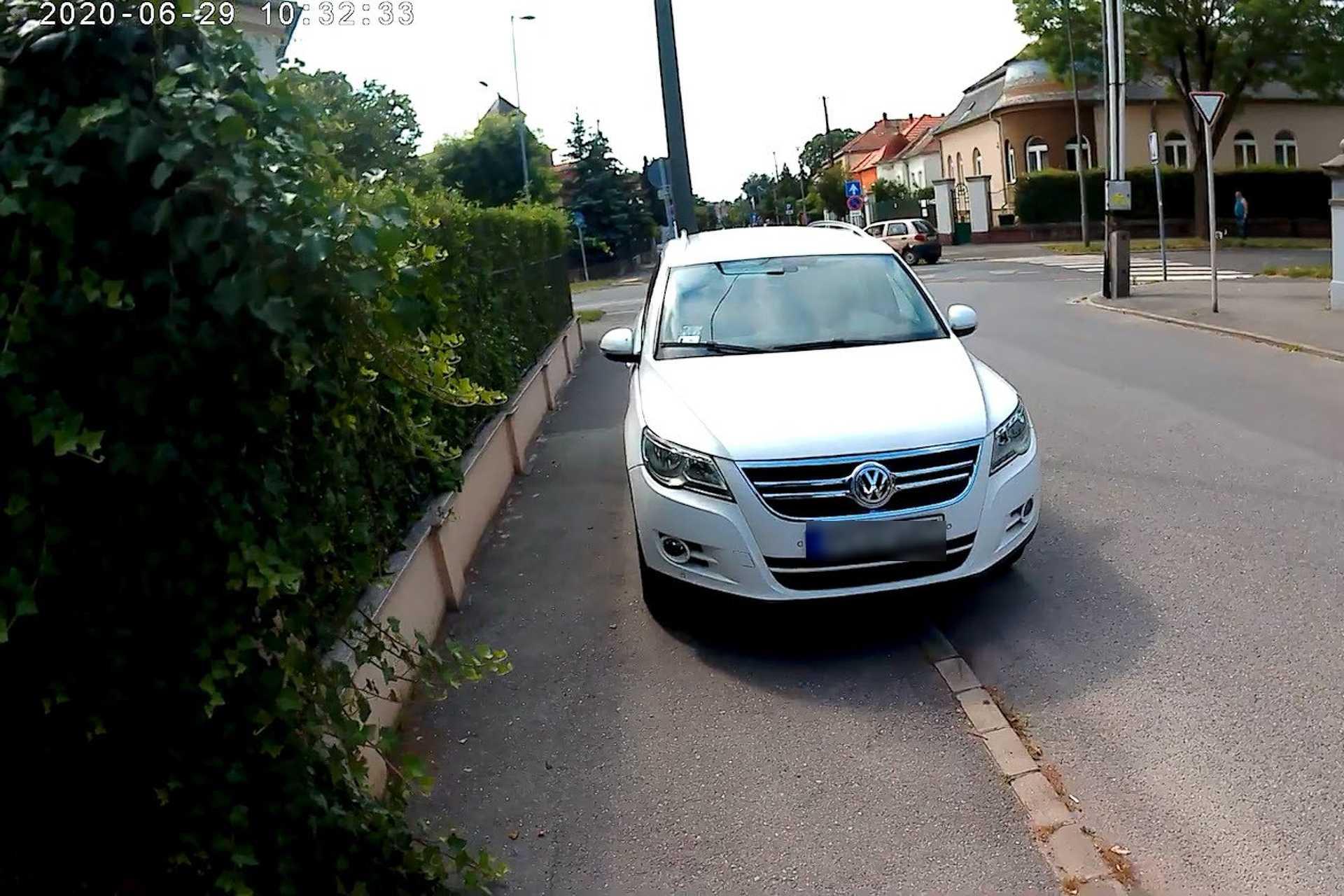 Szabálytalan és kreatív parkolások Szombathelyen: Hadnagy utca