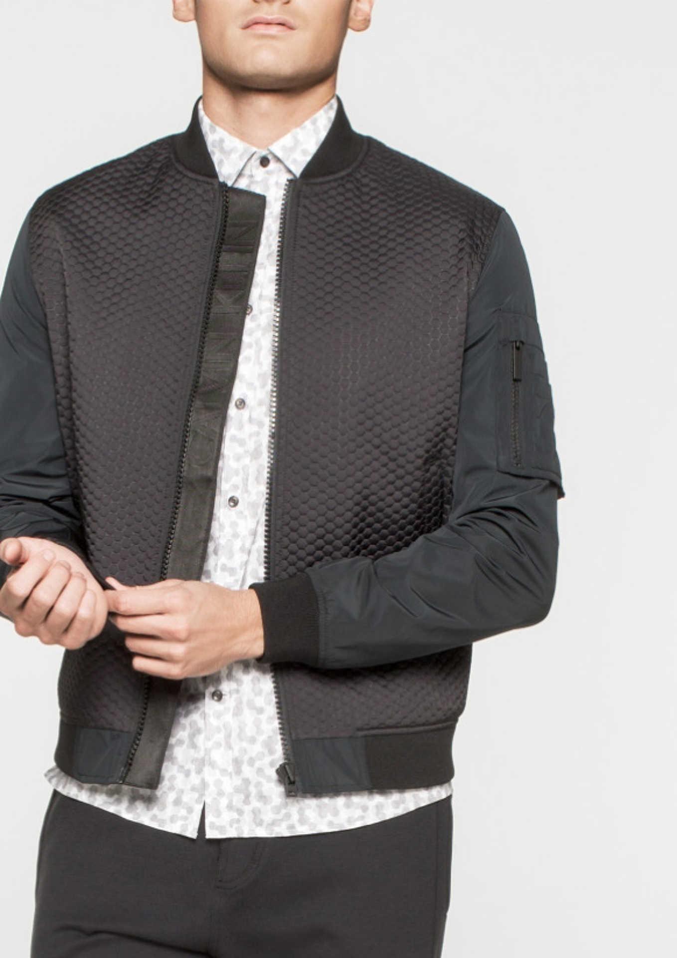 Calvin Klein-től megszokott letisztult elegancia. Bomber dzsekit mindenkinek!!!