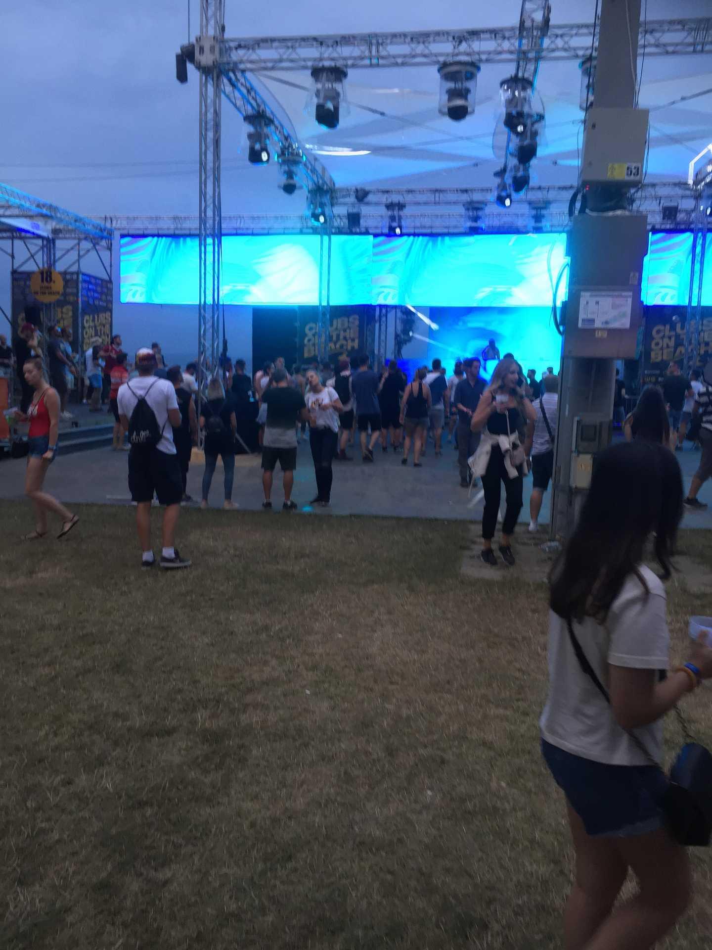 Clubs On the Beach stagenél a még kicsi tömeg élvezi a Watergate Club zenei világát