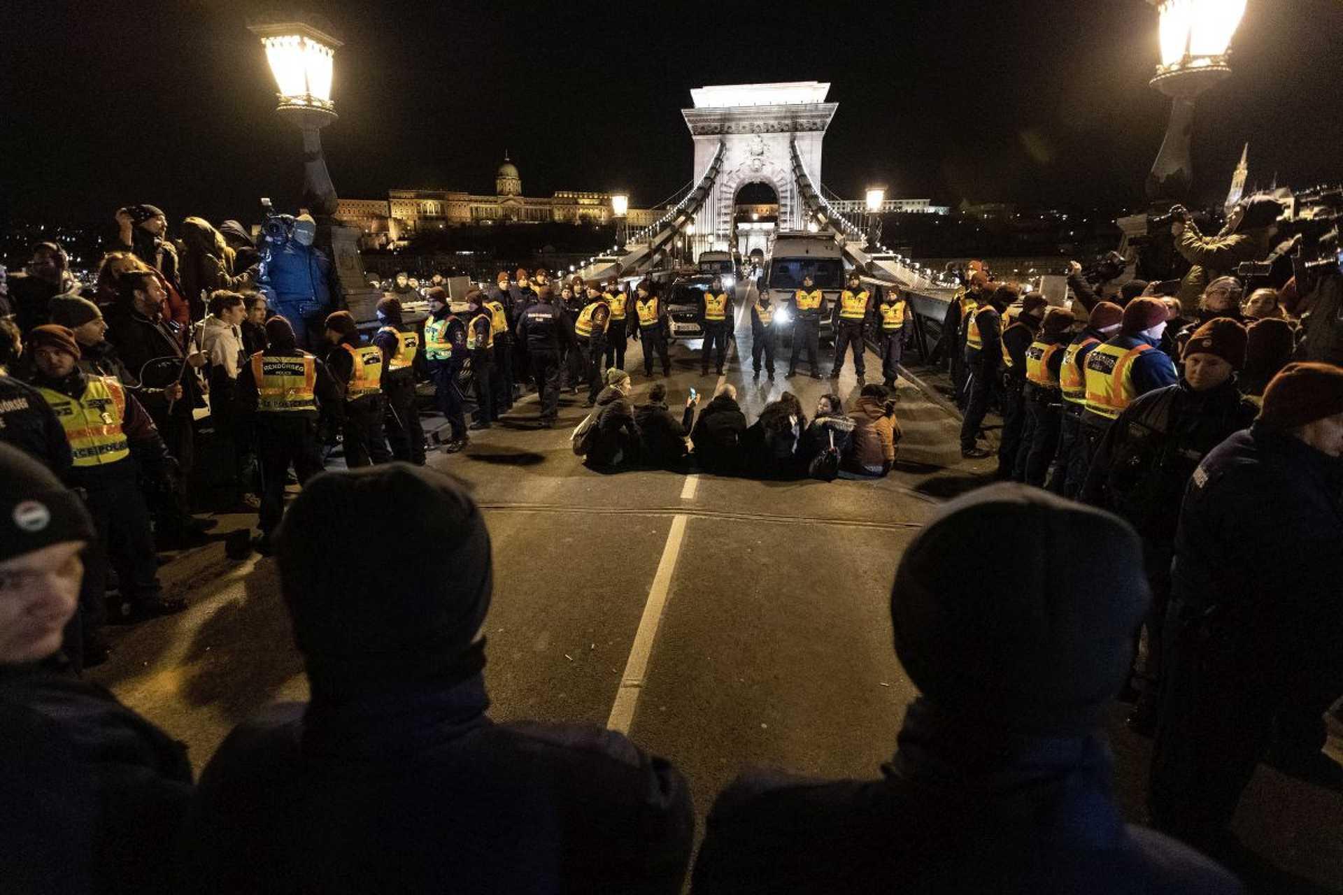 Budapesti tüntetés: Kisebb balhé a Lánchídon