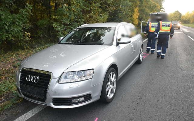 Traktort előző kamion miatt fékezett a Peugeot, Audi csúszott a hátuljába a 84-esen