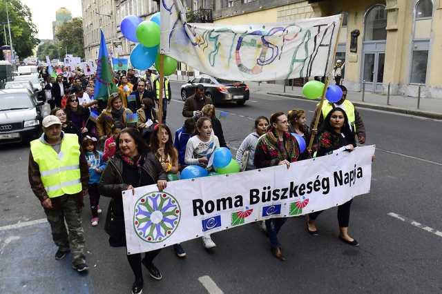 Résztvevők a 2016-os roma büszkeség napján a budapesti Üllői úton