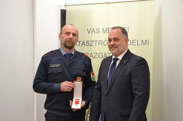 Elismerés a sárvári tűzoltósági felügyelőnek