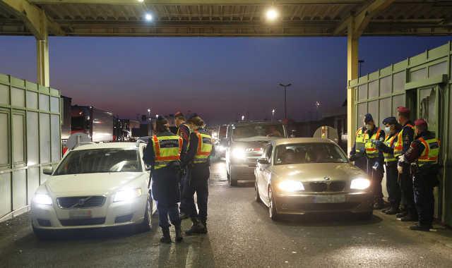 Külföldi állampolgárok lépik át a határt Hegyeshalomnál