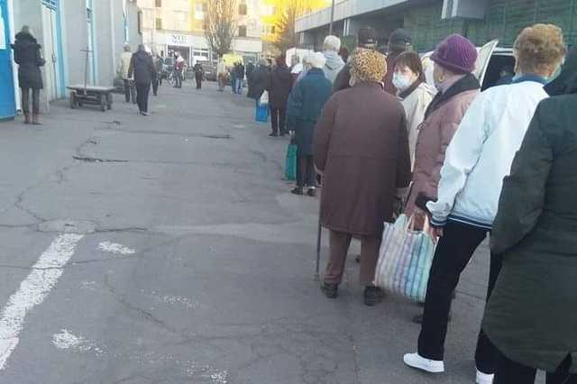 sorok a piac bejáratánál