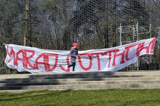 Koronavírus - Maradj otthon! feliratú molinó Debrecenben