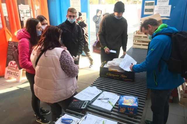 Önkéntesek a szombathelyi piacon