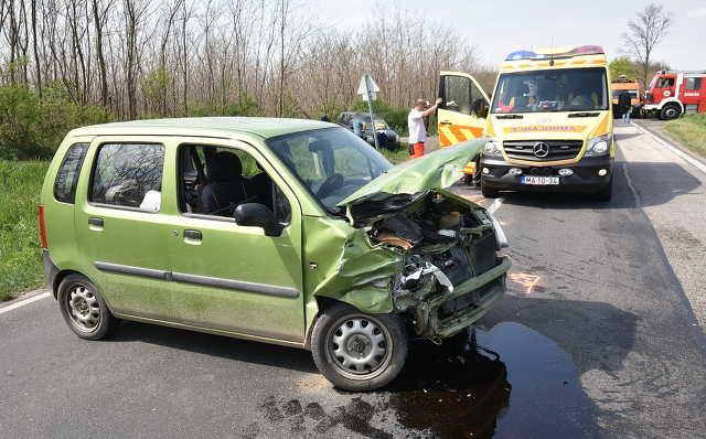 Ford hajtott Opel elé a 84-es főúton