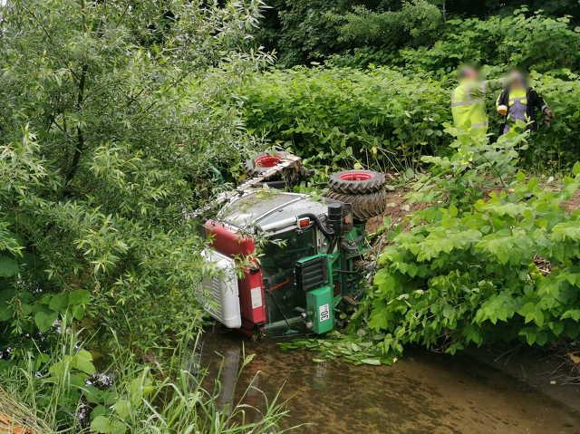 Fűnyíró traktor dőlt a Perint patak medrébe Szombathelyen