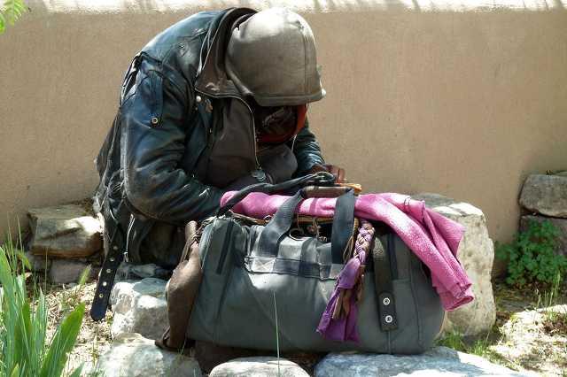 Koldus, kéregető, hajléktalan