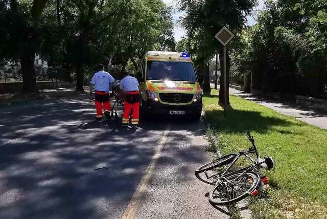 Mentő elé esett biciklis