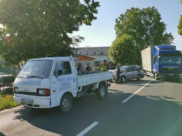 MAN teherautó tolt VW-t Mazdába a 87-es főúton, Szombathely határában
