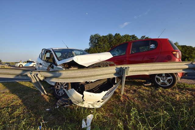 Toyota elé hajtott a 84-es főúton, kirepült és életveszélyesen megsérült a Ford sofőrje