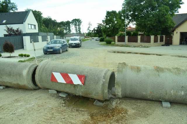 Betongyűrákkel zárta le az utat