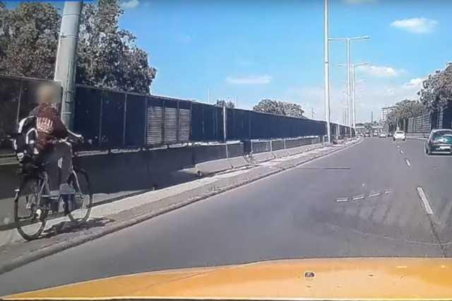 Biciklis az M3-as kivezetőjén