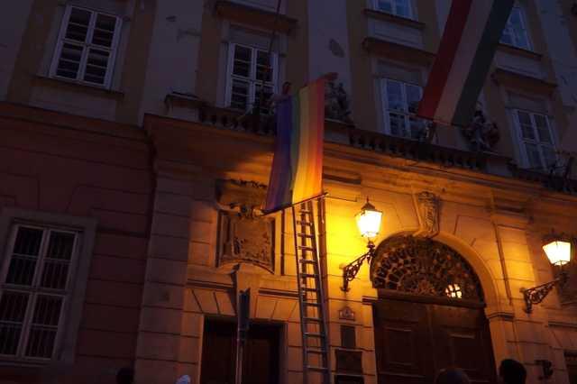 Novák Előd és a szivárványos zászló