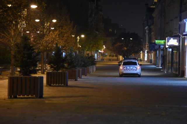 rendőr autó a fő téren