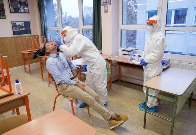 Iskolai dolgozók tesztelése Győrben