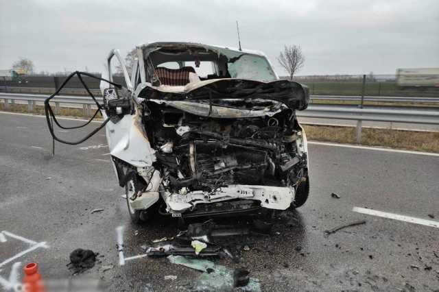 Szalagkorlátnak csapódott és kigyulladt egy kisbusz az M85-ösön
