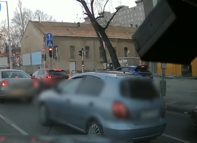 Járdán száguldozó autós