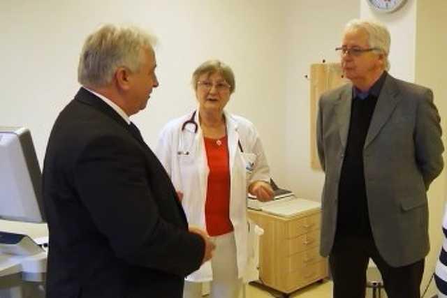 Fehér László polgármester, Dr. Krizmanich Mária és dr. Pörneczi Károly, a Kemenesalja Kórházért Alapítvány Kuratóriumának elnöke