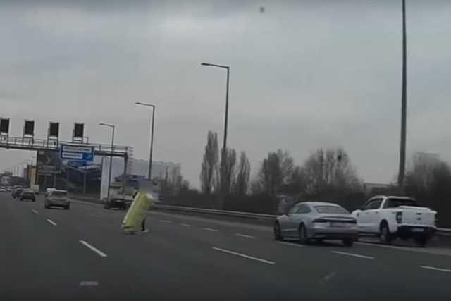 Rakományával rohangáló férfi az autópályán