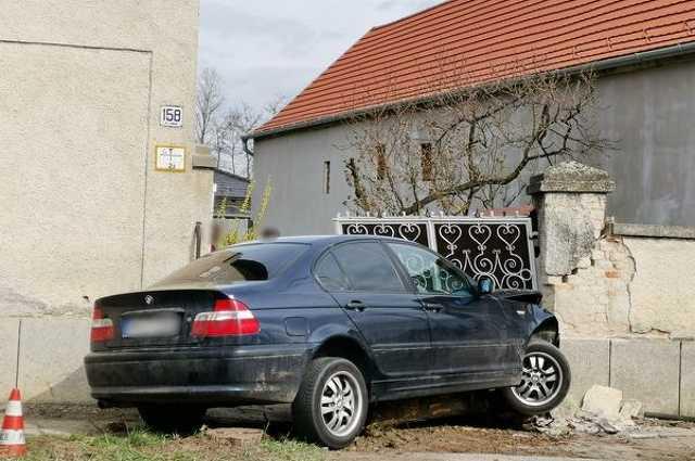 Házfalnak csapódott BMW