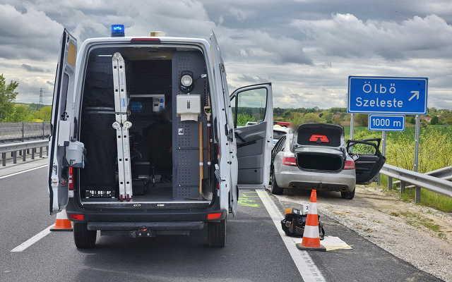 Helyszíni szemle az M86-os autóúton elfogott embercsempészek autójánál