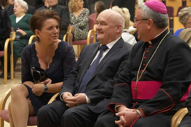 Hende Csaba párjával kiemelt helyet foglalt el egy városi rendezvényen 2016 év elején Veres András püspök mellett