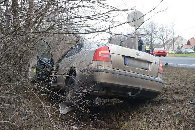 Skoda elé kanyarodott a Suzuki a 86-os úton, Nemesbődnél