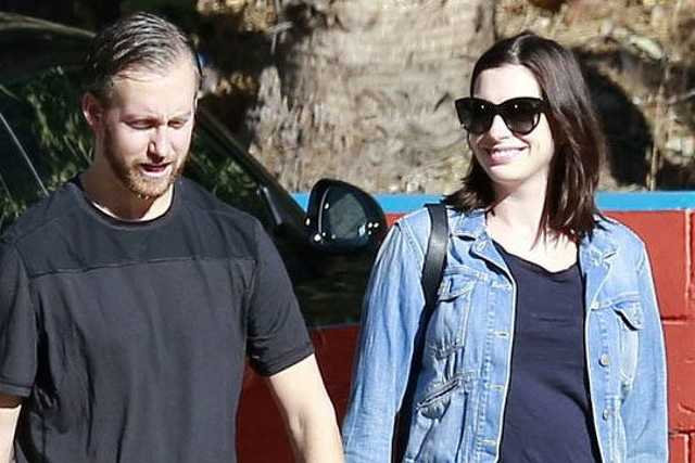 Anna Hathaway és férje LA-ben
