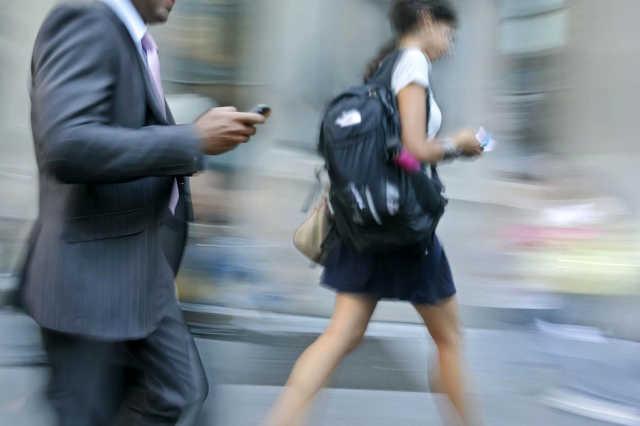 Mobiltelefonnal az utcán