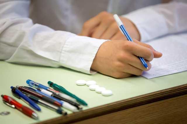 Szőlőcukor és tollak egy diák asztalán