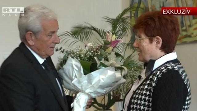 Az RTL Klub kamerája előtt, egy csokor virággal kért bocsánatot Kiss László, Takács Zsuzsannától