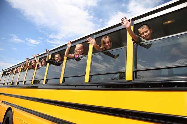 Integető gyerekek a buszon