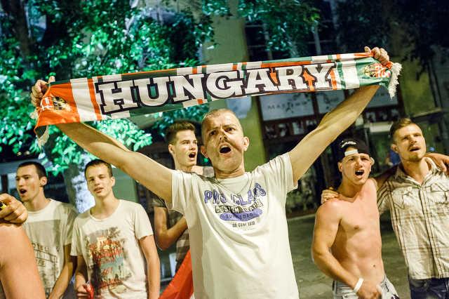 Ünneplő szurkolók Szombathelyen az utolsó magyar Eb-meccs után