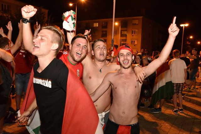 Szurkolók a magyar-belga meccs ideje alatt, Szombathelyen