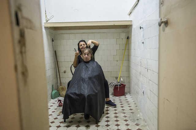 Hajléktalanok hajvágása
