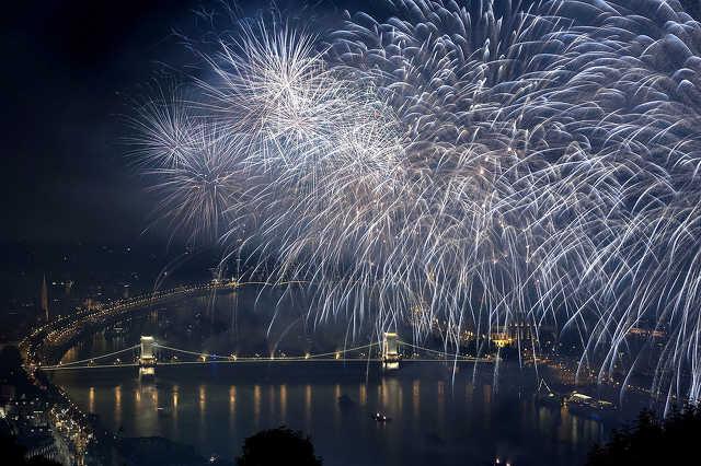 Ünnepi tűzijáték a Duna felett augusztus 20-án