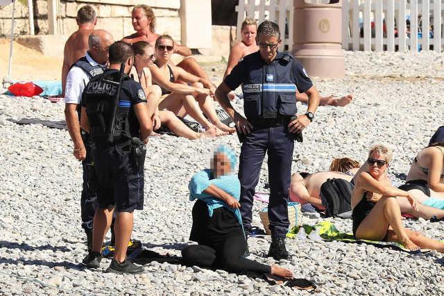Levetették a francia rendőrök a burkinit a nőről