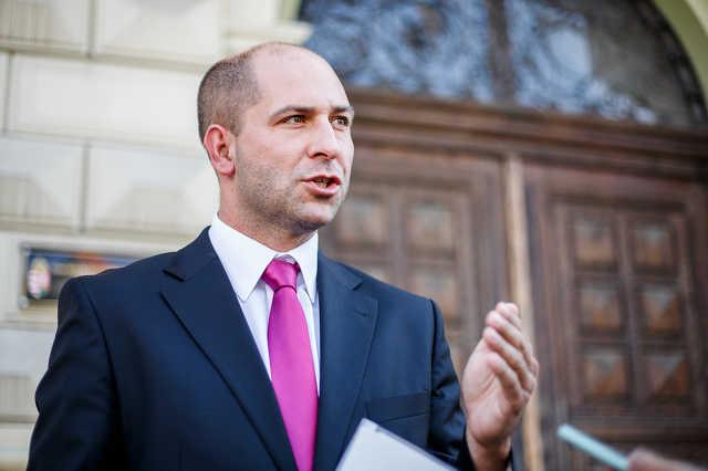 Szabó Bálint sajtótájékoztatója a megyeháza előtt