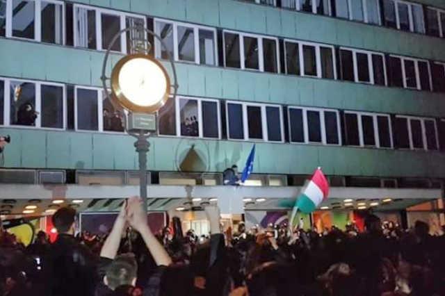 Spontán tüntetés Áder János CEU-törvény aláírása után