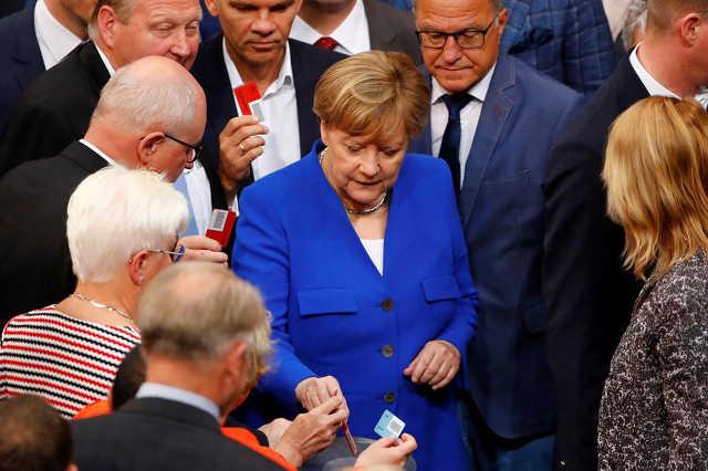 Angela Merkel és a Bundestag alsóháza szavaznak a melegházasságról