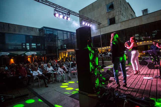 """Veres Mónika """"Nika"""" koncertje a Zsinagóga Udvaron"""