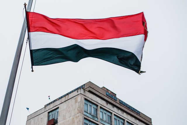 Zászlófelvonás október 23-a alkalmából a Március 15. téren